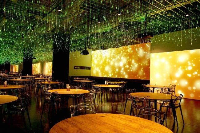 レストラン「WHITE ART」(C)SMALL WORLDS.Inc