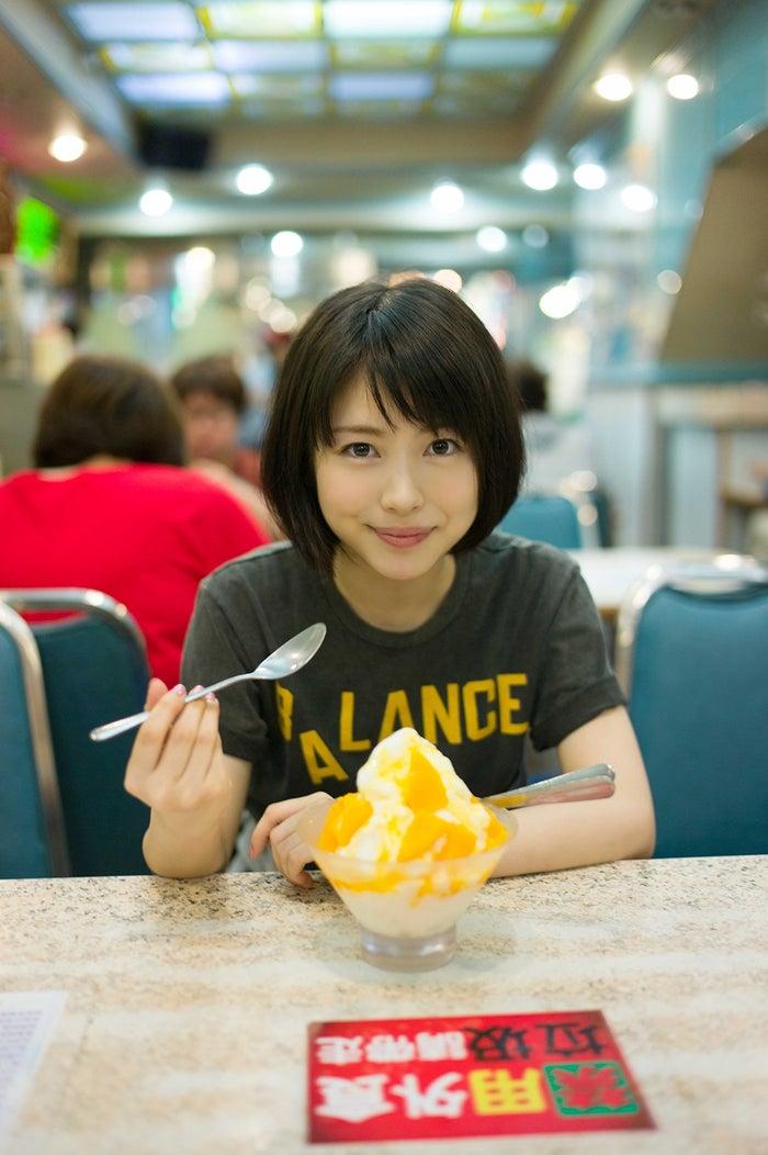 台湾の夜市で食べた、マンゴーかき氷/『浜辺美波写真集voyage』より(写真提供:KADOKAWA)