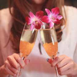 モデルプレス - 飲み会で男性が胸キュンしちゃう女性の行動5選 お酒を味方につけて!