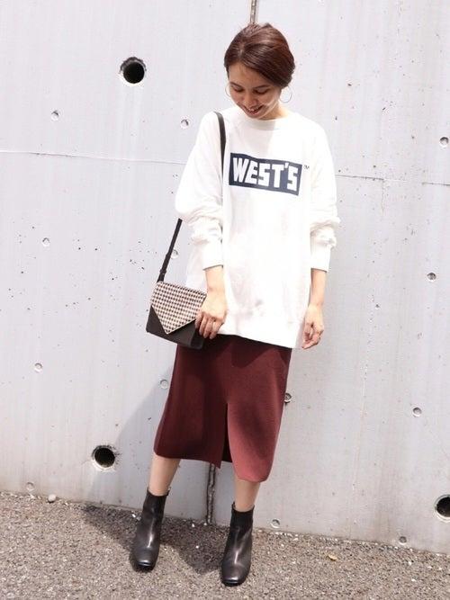 白のロゴスウェットにブラウンのタイトスカート、ブーツを合わせたコーデ