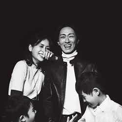 モデルプレス - 青木裕子&ナイナイ矢部浩之、家族写真を初公開 夫婦で雑誌共演「心底照れました」