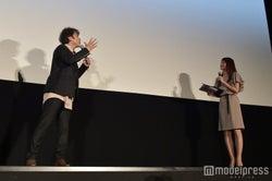 笹崎里菜アナウンサーと絡むムロツヨシ(C)モデルプレス