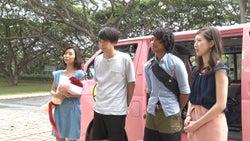 見送るメンバー/「あいのり:Asian Journey」第22話より(C)フジテレビ