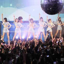 """モデルプレス - AKB48、六本木""""ディスコ""""にサプライズ登場 指原莉乃「初めて体験」"""