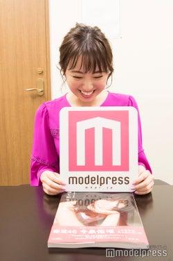 ロゴボードを持ったまま取材に応じてくれた無邪気な今泉佑唯(C)モデルプレス