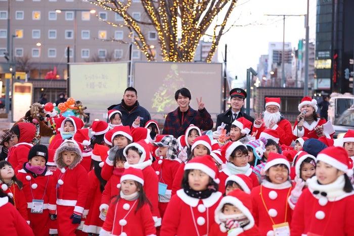 イベントに参加した100人のちびっ子サンタとともに写真に写る吉沢亮(画像提供:NHK)