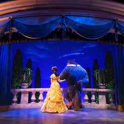 """ベルと野獣が寄り添う姿/「美女と野獣""""魔法のものがたり""""」(C)Disney"""