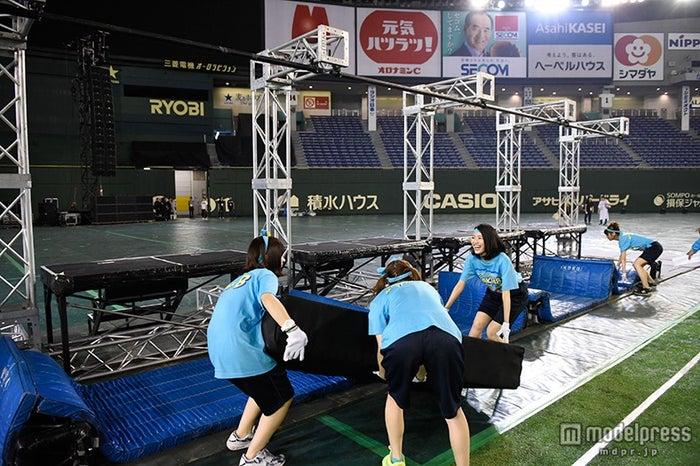 罰ゲームの撤収作業を敢行するチームB/「第1回AKB48グループ対抗 大運動会」(C)AKS