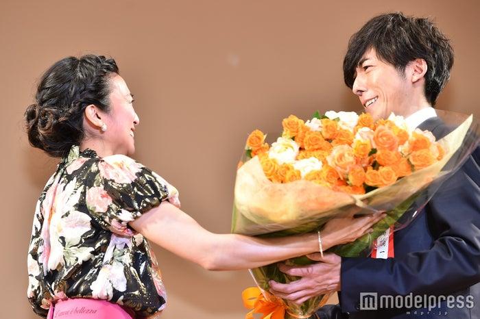 柴咲コウが高橋一生に花束贈呈(C)モデルプレス