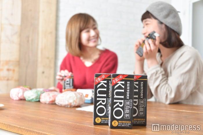 「サントリー黒烏龍茶#濃いめ」が登場。(左から)水野佐彩、渡辺友美子 (C)モデルプレス