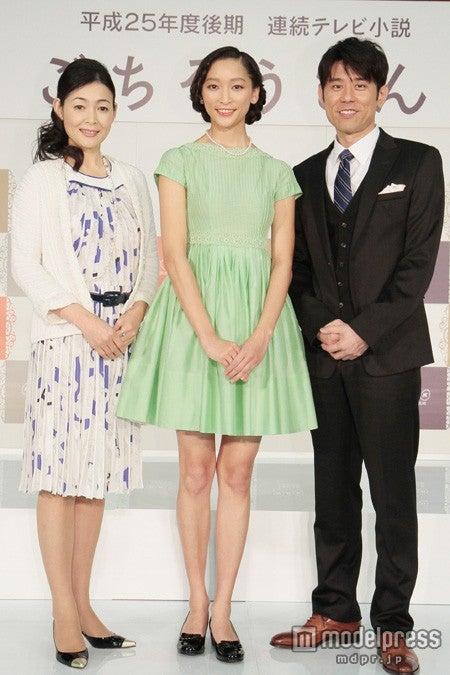 NHK連続テレビ小説「ごちそうさん」出演者発表記者会見に登場した(左から)財前直見、杏、原田泰造(C)NHK