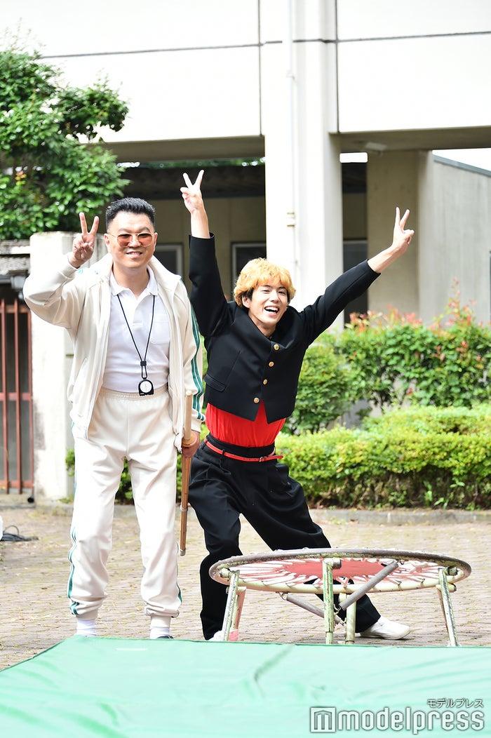 取材のカメラマンにピースサインを決める賀来賢人、シソンヌ長谷川(C)モデルプレス