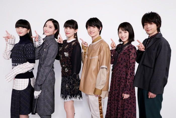 (左から)かしゆか、のっち、あ~ちゃん、神木隆之介、浜辺美波、中村倫也(C)2019「屍人荘の殺人」製作委員会
