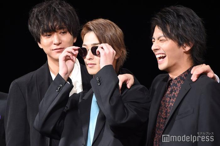突然ポケットから取り出したサングラスをかける横浜流星(中央)、それを不思議そうに見つめる浅香航大(左)、爆笑する中尾暢樹(右)/(C)モデルプレス