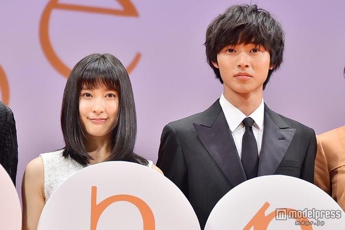 山崎賢人(右)が、土屋太鳳(左)の素顔を絶賛(C)モデルプレス