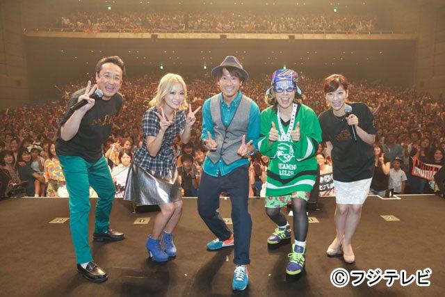 初日の応援には、番組MCの三宅正治アナと生野陽子アナも駆けつけ、一緒にライブを盛り上げた。三宅正治アナ、西野カナ、ナオト・インティライミ、AI、生野陽子アナ(左から)/「めざまし LIVE ISLAND TOUR 2013 supported by コカ・コーラ」