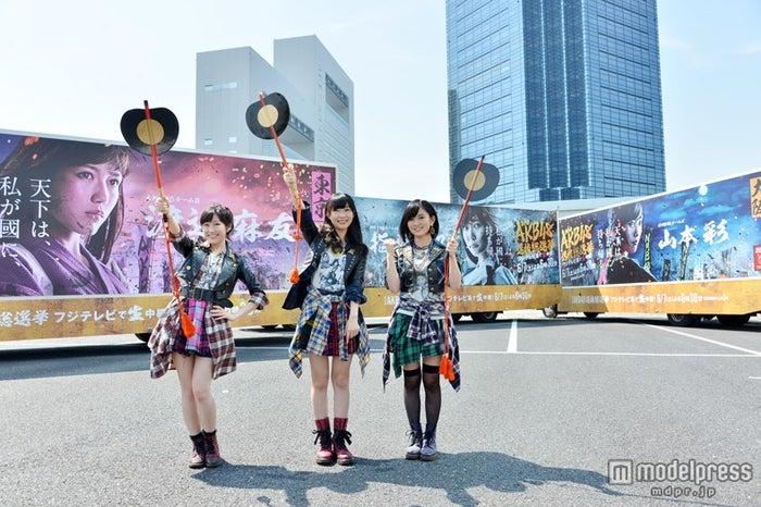 アドトラックがお披露目/左から:渡辺麻友、指原莉乃、山本彩