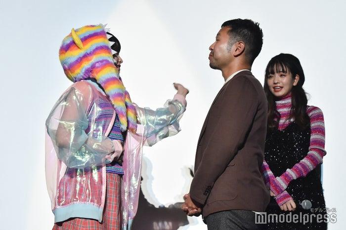 進藤丈広監督にビンタをする吉田凜音(C)モデルプレス