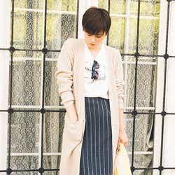 ニットカーディガン¥5,900、ロゴ入りTシャツ ¥2,900(期間限定セットで購入すると¥5,900+tax)