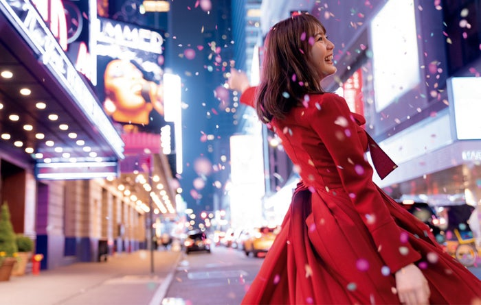 NYのブロードウェイで紙吹雪の中、踊る生田絵梨花/セカンド写真集『インターミッション』(講談社)表紙:撮影/中村和孝