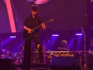 綾野剛のギターパフォーマンスに1万2000人熱狂 横アリにサプライズ登場