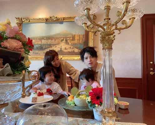 川崎希&アレク、1歳の誕生日を迎えた娘をTDRのスイートルームで祝福「あっという間」