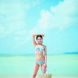石川恋、美ボディ全開 「CanCam」でトレンド水着を披露