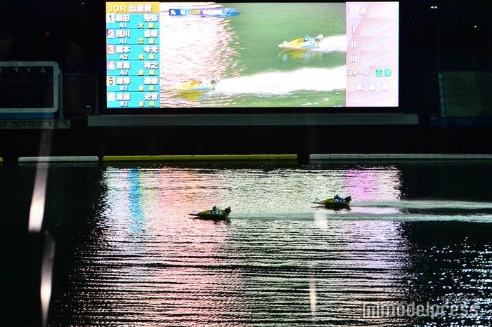 照明に照らされたボートレース場でのナイター観戦は昼間とは違った迫力が (C)モデルプレス