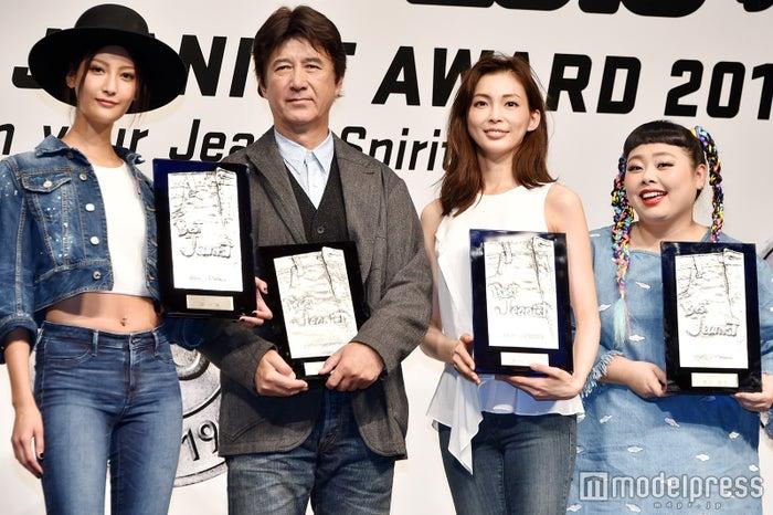 「ベストジーニスト2016」を受賞した(左から)菜々緒、草刈正雄、押切もえ、渡辺直美(C)モデルプレス