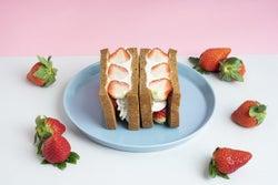 イチゴがこぼれ落ちそう!完熟果実を食べつくす贅沢フルーツパーラー