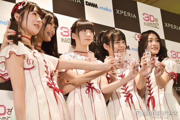 (左から)加藤美南、北原里英、荻野由佳、本間日陽、長谷川玲奈 (C)モデルプレス