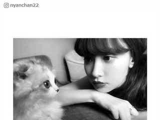 """小嶋陽菜、愛猫""""けむしちゃん""""が雑誌出演「飼い主に似て美しい」「美の共演」と話題"""