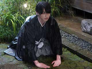 """横浜流星、雨の中""""土下座""""<私たちはどうかしている>"""