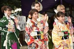 (前列左から)佐藤晴美、藤井夏恋、鷲尾伶菜(後列左から)山口乃々華、坂東希、YURINO(C)モデルプレス