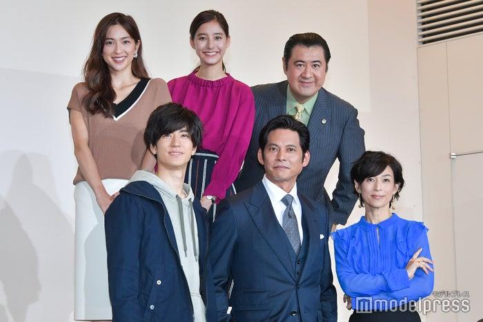 (前列左から)中島裕翔、織田裕二、鈴木保奈美(後列左から)中村アン、新木優子、小手伸也 (C)モデルプレス