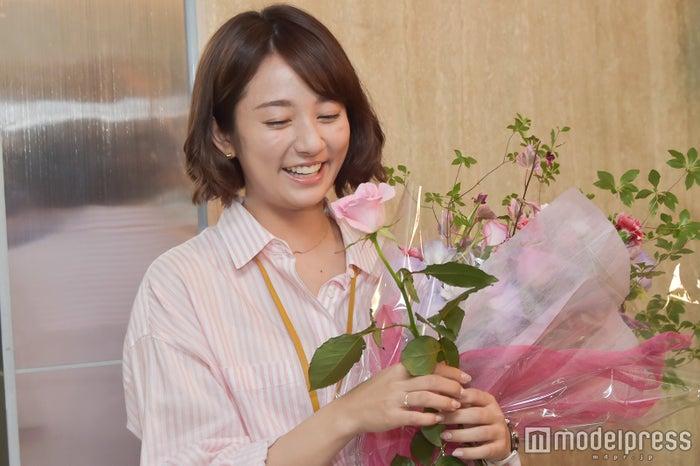 木村文乃/亀梨さんからもらった一輪のバラと菜々緒さんからもらった花束を抱え、とっても嬉しそうでした (C)モデルプレス