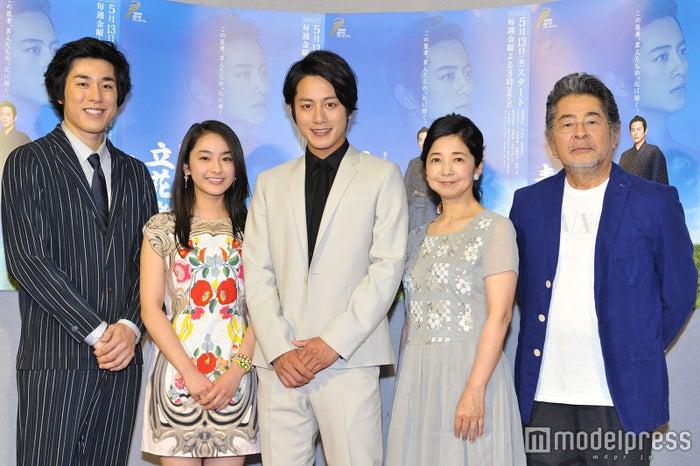 (左から)高畑裕太、平祐奈、溝端淳平、宮崎美子、古谷一行(C)モデルプレス