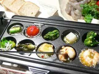 たこ焼き器で楽しむ!「エビと野菜のアヒージョ」の作り方