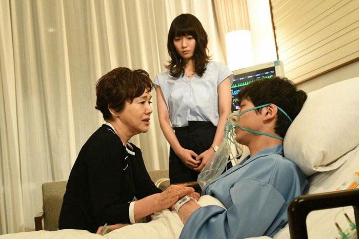大竹しのぶ、吉岡里帆、坂口健太郎/「ごめん、愛してる」第9話より(画像提供:TBS)