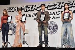 「ベストジーニスト2017」を受賞した(左から)滝沢カレン、梨花、別所哲也、菜々緒 (C)モデルプレス