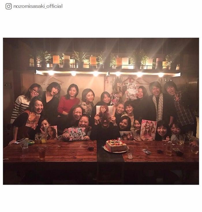雑誌「PINKY」スタッフから祝福を受ける佐々木希/Instagramより