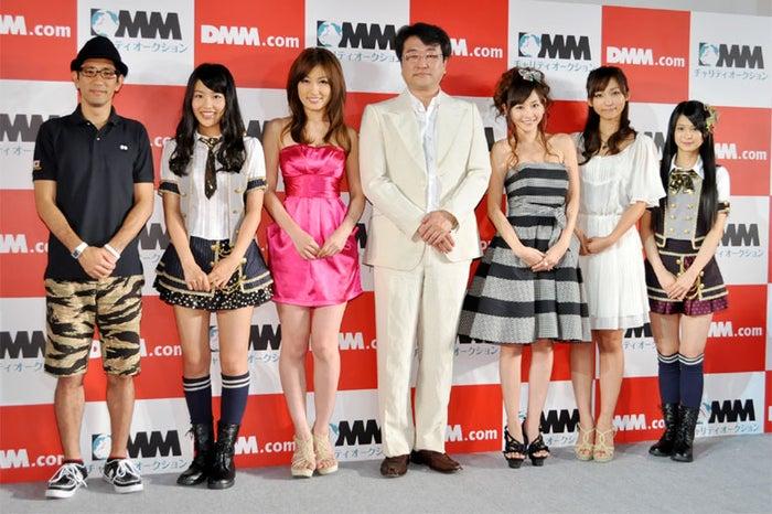 左から:柴田英嗣、桑原みずき、熊田曜子、松栄立也社長、杉原杏璃、吉木りさ、小木曽汐莉