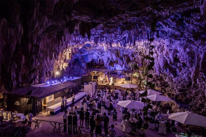 天然の鍾乳洞を利用したステージ※写真はイメージ/画像提供:南都