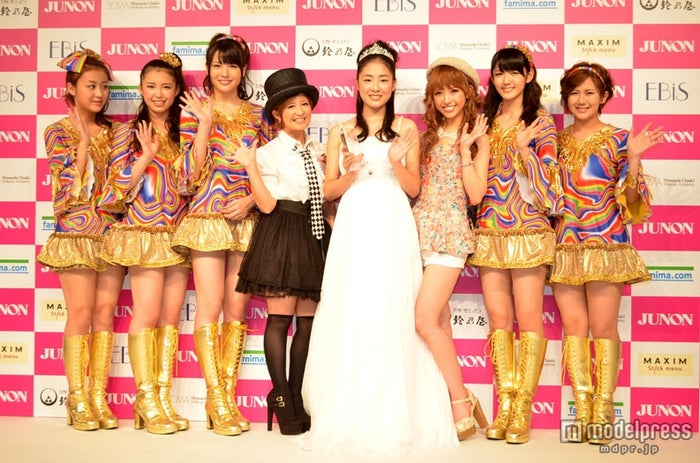 「JUNONプロデュース ガールズコンテスト」グランプリの松浦雅さん、MCをつとめた矢口真里、特別審査員をつとめたくみっきー、℃-uteメンバー