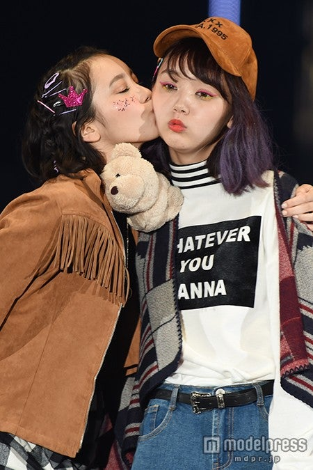 飯豊まりえ&江野沢愛美、仲良し2ショットランウェイでキュートなキス披露<TGC2015A/W>【モデルプレス】