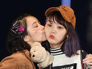 飯豊まりえ&江野沢愛美、仲良し2ショットランウェイでキュートなキス披露<TGC2015A/W>