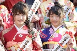 (左から)入山杏奈、木崎ゆりあ(C)モデルプレス