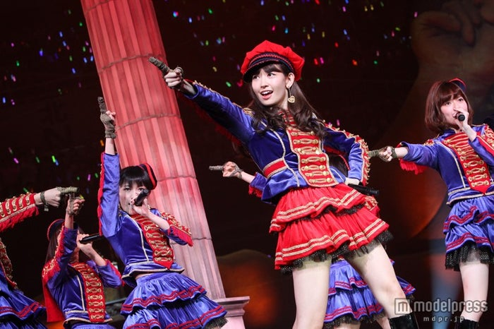 AKB48 33rdシングル「ハート・エレキ」のセンターをつとめる小嶋陽菜(C)AKS