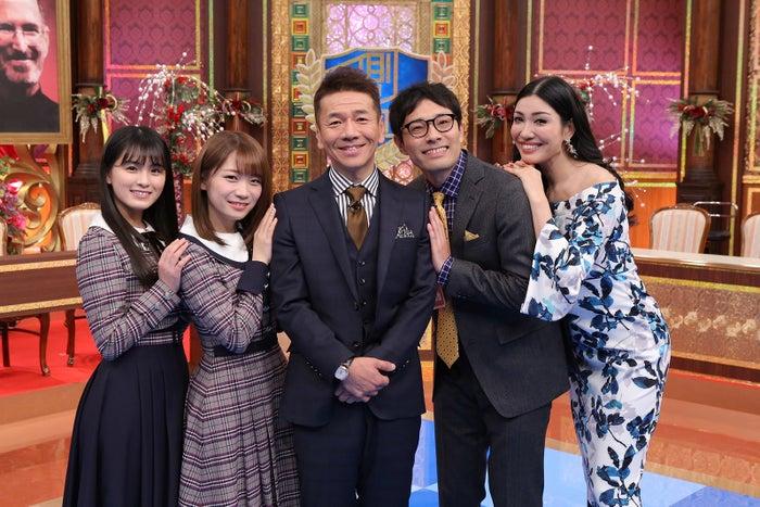 (左から)大園桃子、秋元真夏、上田晋也、浜ロン、アンミカ(画像提供:中京テレビ)