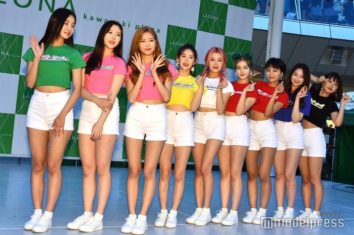 MOMOLAND(左から)ヨンウ、ナユン、ジェイン、デイジー、ジュイ、ナンシー、ヘビン、テハ、アイン(C)モデルプレス